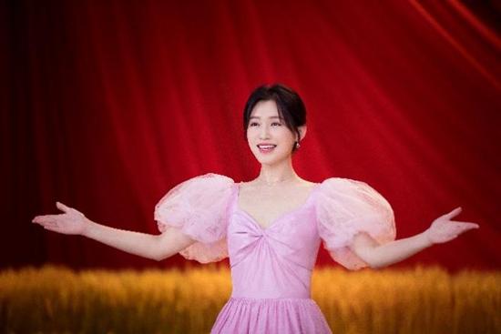 《唱支山歌给党听》青春版MV造型图,苏青温柔粉裙传唱经典