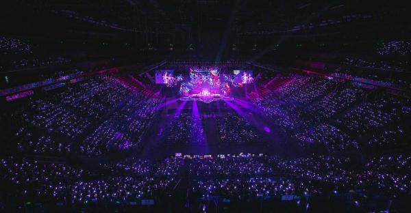 """张艺兴大航海巡回演唱会两周年 晒紫海照片纪念""""大航海""""之旅"""