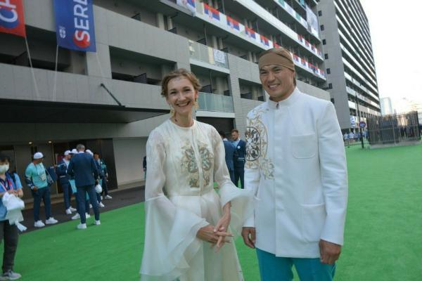 哈萨克斯坦女旗手高颜值引热议 被网友夸赞好像仙女