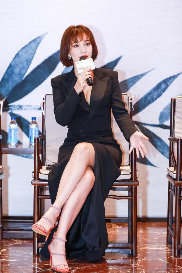 卢靖姗出席戛纳中外电影论坛 诠释坚定的女性魅力