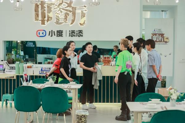 """《中餐厅5》致敬""""特别客人""""惊喜嘉宾现身引合伙人欢呼"""