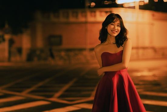 苏青曝光复古红裙大片 灰墙树影衬托灯下美人氛围感十足