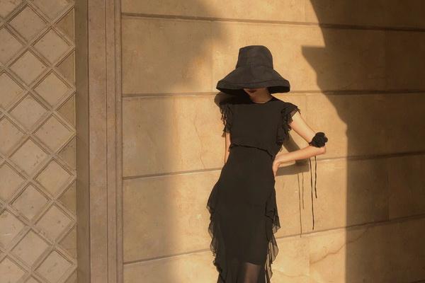 夏日穿上小黑裙,像赫本那样优雅