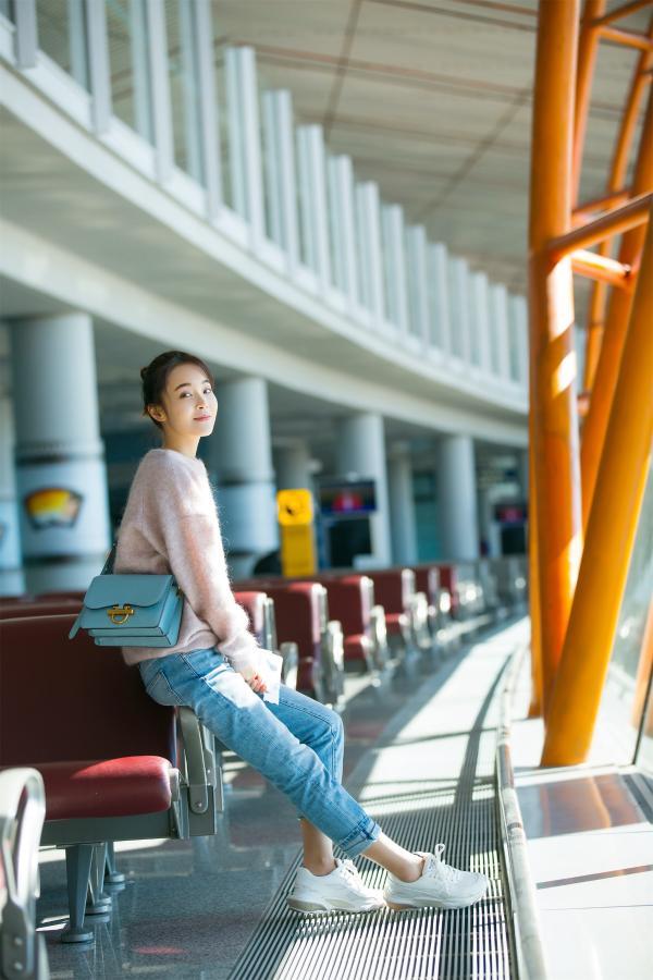 张佳宁机场look清纯灵动 网友直呼:是恋爱的感觉
