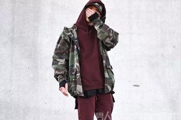 想要硬朗帅气的军事风?依然流行的迷彩外套怎么穿