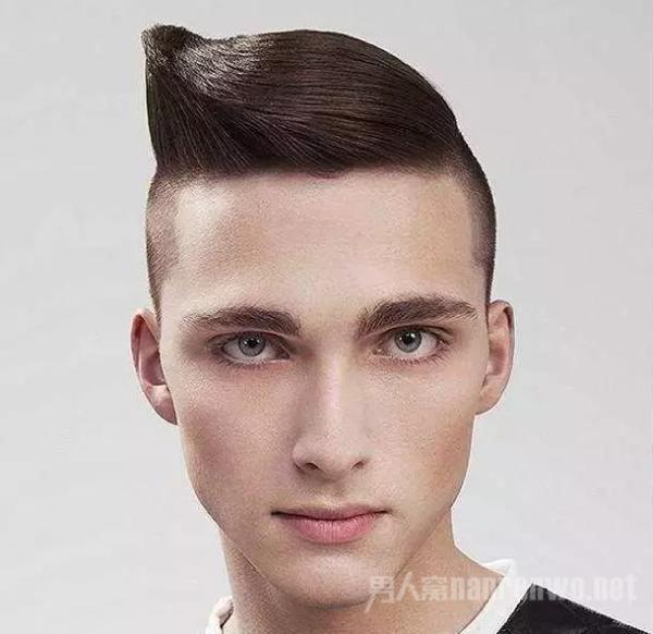夏日最流行的男士铲两边的发型 干净利落帅气迷人