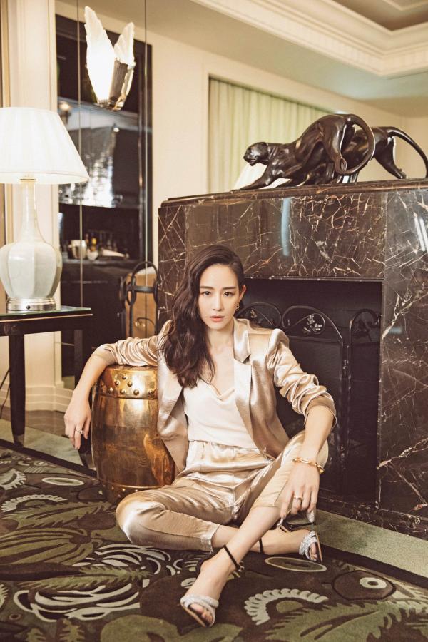 张钧甯香槟色丝绸西装 率性洒脱彰显高雅气质
