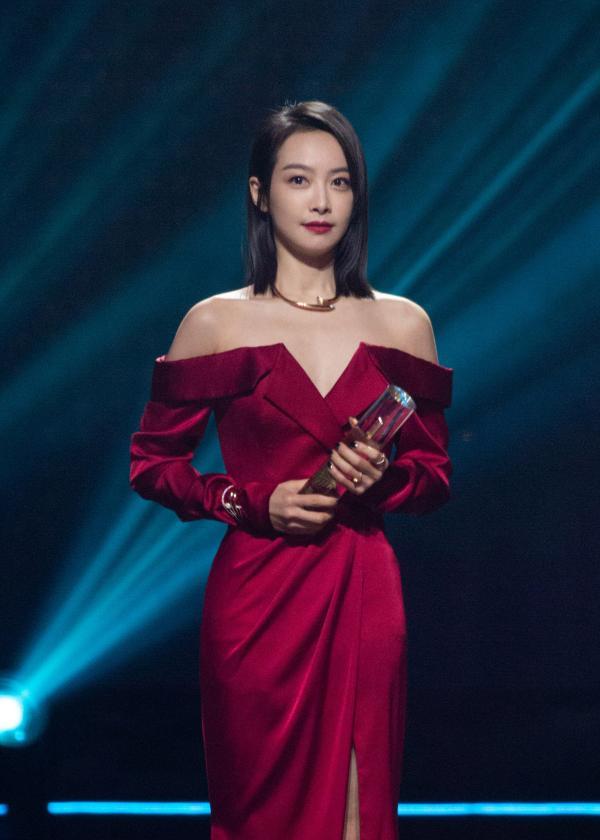 宋茜红裙惊艳亮相活动 荣获年度最受期待演员