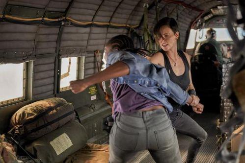 查理兹·塞隆又当打女了,主演动作片《老卫兵》通过《名利场》发布剧照