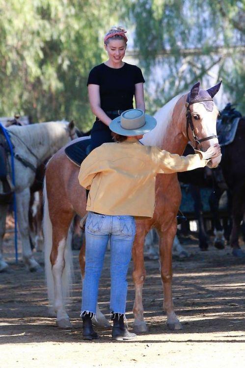 """""""海后""""艾梅伯·希尔德与友人骑马放松"""