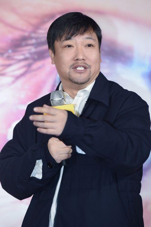 贾冰新作《爸爸是外星人》启动 老搭档潘斌龙现身发布会加盟力挺