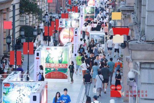 用好经典影像致敬武汉人民 打卡楚河汉街百幅电影海报