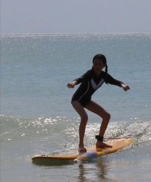 50岁钟丽缇海上冲浪,体态丰腴曲线迷人,13岁女儿大长腿引关注