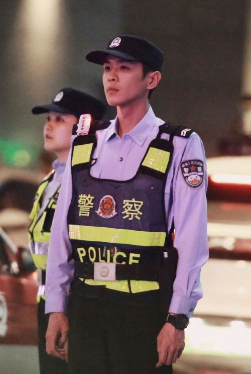 电视剧《警察荣誉》路透照公开 张若昀身穿警服表情严肃