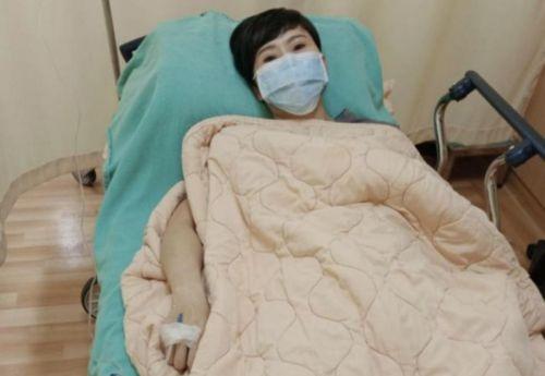 54岁女星红毯瘦到脱相,刚被送到医院急诊,患上帕金森左脑还萎缩