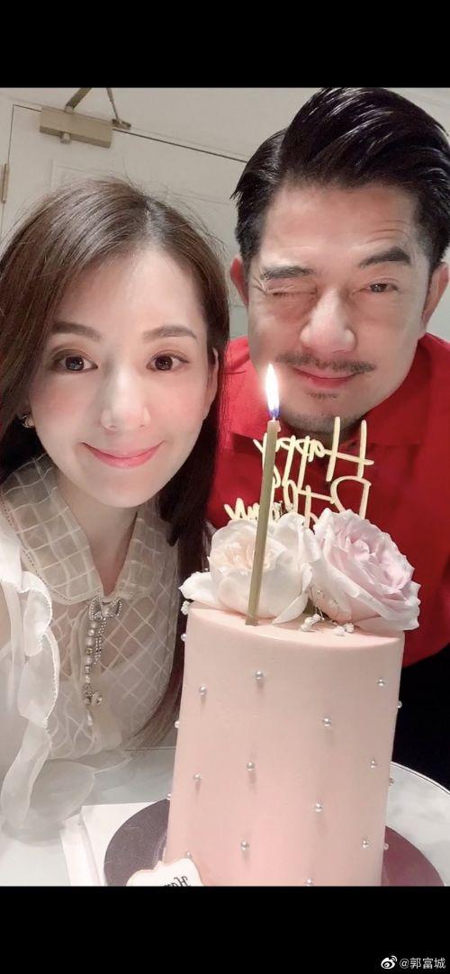 郭富城深夜晒合影为方媛庆生:老婆,永远爱你