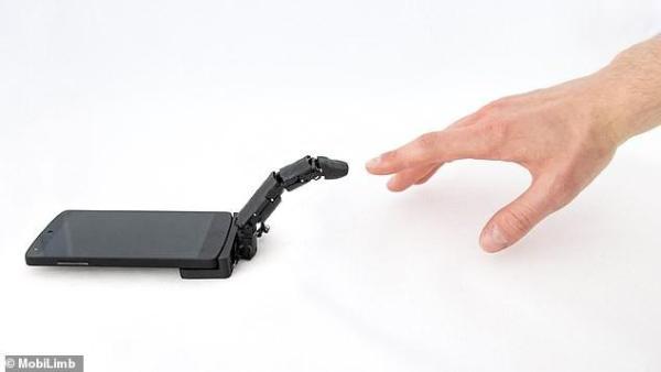史上最奇葩手机配件!MobiLimb机械手指能拖动手机 还能触摸你的手背