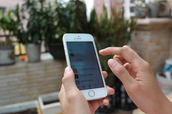 """智能手机将迎来""""末日开端""""?报告称可穿戴智能设备或..."""