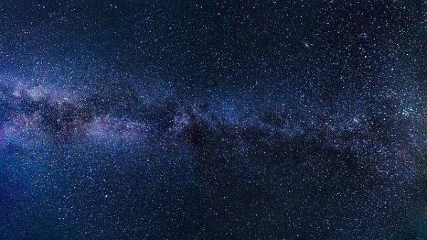 第一个证据证明在古老的矮星系中有一个膨胀的暗物质晕