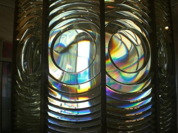 利用法诺共振 新的光学薄膜可以同时反射和透射相同波长的光