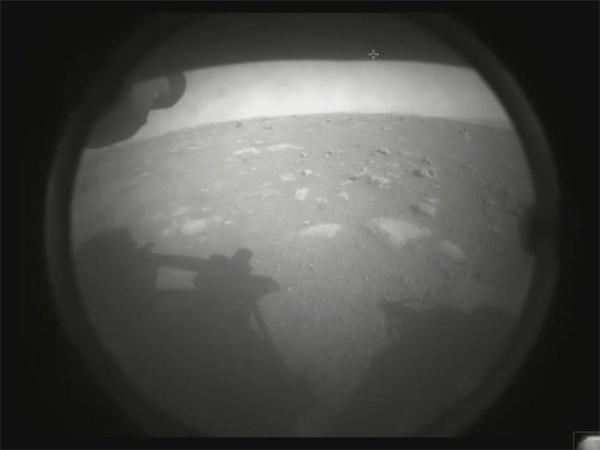 """恭喜!美国""""锲而不舍""""号火星车成功登陆火星 并传回第一批火星表面照片"""