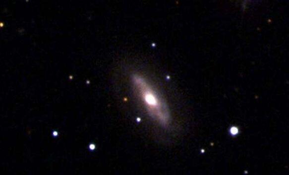 """天文学家首次清楚地观察到超大质量黑洞在距离地球2.3亿光年的太空中""""行走"""""""