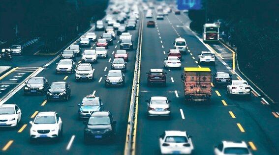 通用的新专利涉及自动驾驶 利用附近车辆的眼球运动数据来预测动机调整的轨迹
