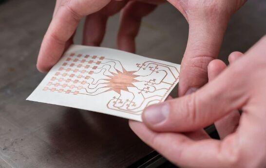 世界首创!扑克牌大小的神奇卡片从5G信号收集能量 让5G网络变身无线电网