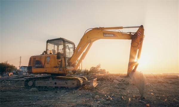 男人的快乐机器:挖掘机卖到脱销 提货时间已排到两月后