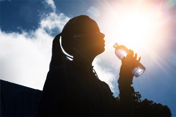 """生存优势!人类的长期进化有自己的""""节水""""功能 每天比其他灵长类动物少30%-50%"""