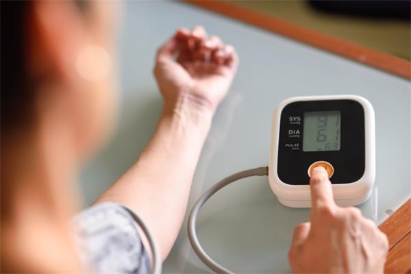 关注心血管病高风险人群:西安交大团队呼吁及早进行收缩压干预,可增加384万生命年