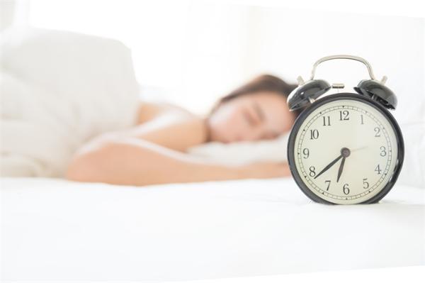 赶紧改!设多个闹钟反复惊醒可致慢性疲劳,狂吃褪黑素易影响生育和免疫
