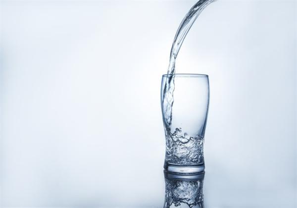 多喝水不仅能让你公费上厕所,还能让你上班不犯困