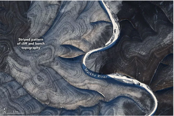美国卫星捕捉到俄罗斯神秘地表图案:黑白条纹交替起伏,成西伯利亚奇观