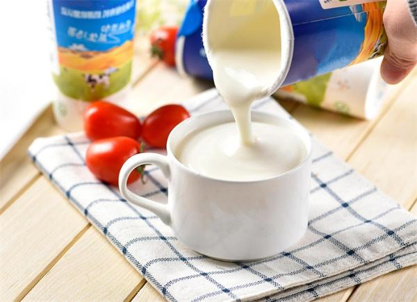 喝酸奶不用舔盖子!受雨伞的启发 学生们发明了免舔酸奶吸管