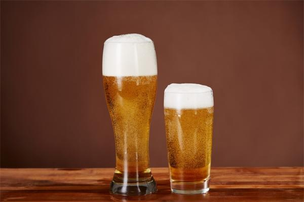 """天气越来越热了,三个技巧教你喝到""""完美啤酒""""!"""