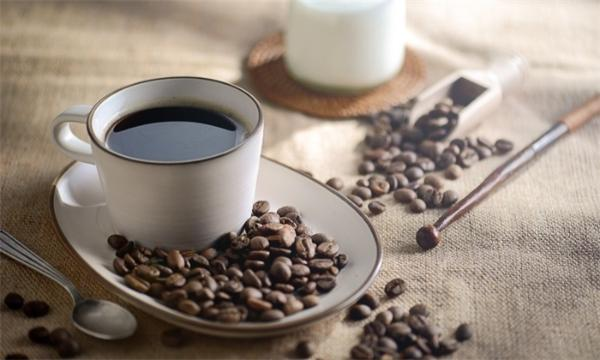 """没吃早餐就猛灌浓咖啡不亚于""""服毒"""",尤其是前一晚还没睡好!"""