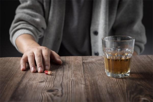 """""""酒鬼""""们有救了!坚持生酮饮食,能缓解戒酒症状并逐渐减轻依赖"""