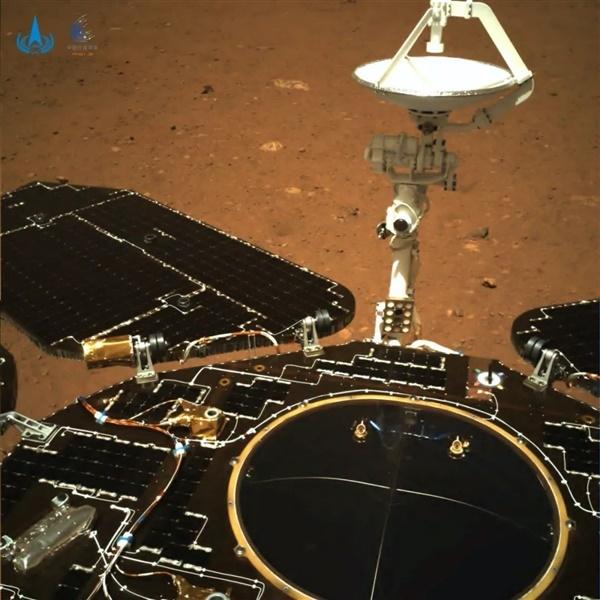 """瞩目!""""祝融号""""传回火星照片,将在其表面行驶和工作至少93个地球日"""