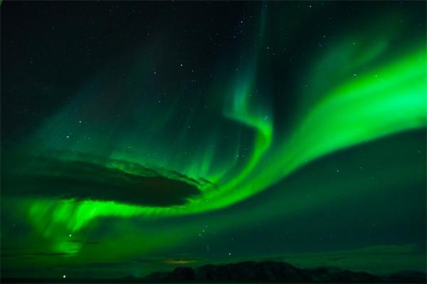 物理学家发现一种新型极光:部分漫反射光芒突然变暗,几秒钟后变亮重现