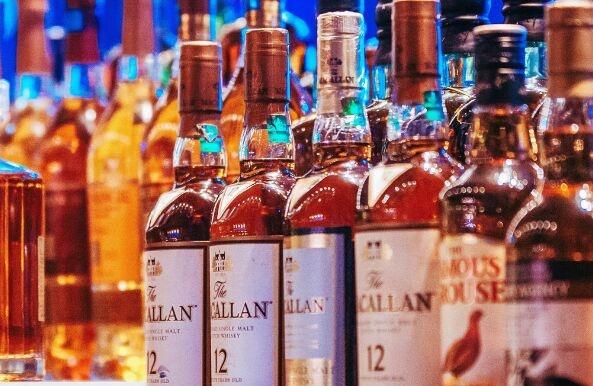 一个人是否酗酒变成酒鬼,与其所处生活环境和社交网络有很大关系