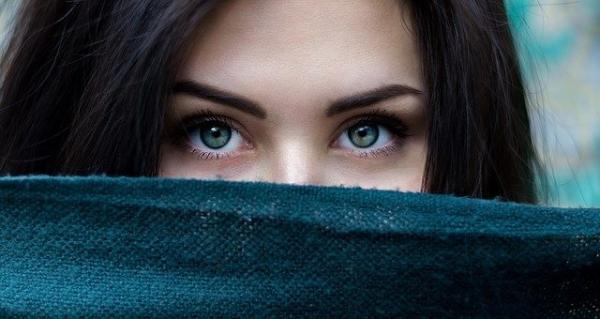 近视又多一个坏处:不仅睁眼看不清,闭眼也睡不好