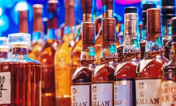 收入越高的人越爱喝酒!但比起走极端的穷人,有钱人更懂节制