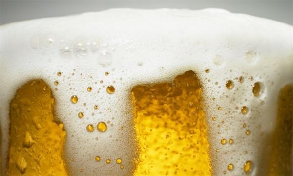 教你一个酒桌吹牛的小知识:一杯啤酒能产生多少气泡?