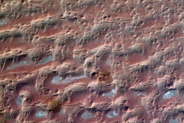 最新影像传回!从国际空间站遥望沙特阿拉伯的壮观沙漠,竟宛如火星沙丘