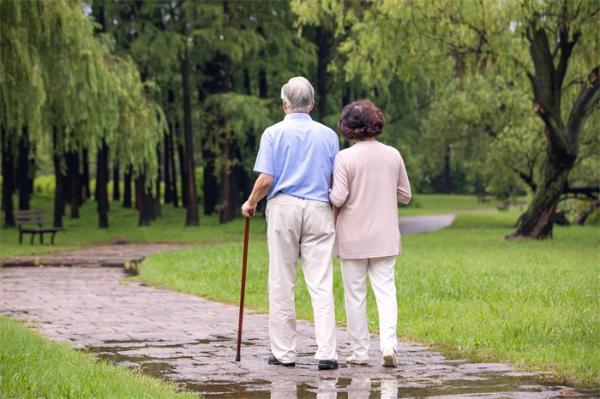 研究发现:多走路能够降低死亡风险,每天走3200步以上有助于延年益寿