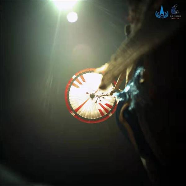 """细节满分!""""祝融号""""最新火星影像发布:近距离""""看""""降落伞与背罩"""