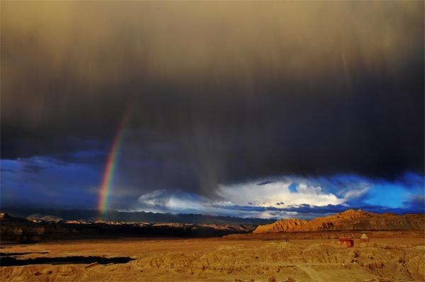 """英国雷暴后拍摄到罕见""""闪电彩虹"""",暴雨导致若干街道被淹"""
