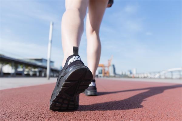 不想跑步受伤?研究:身体过于前倾不仅跑不出健康,还让你膝盖疼背疼