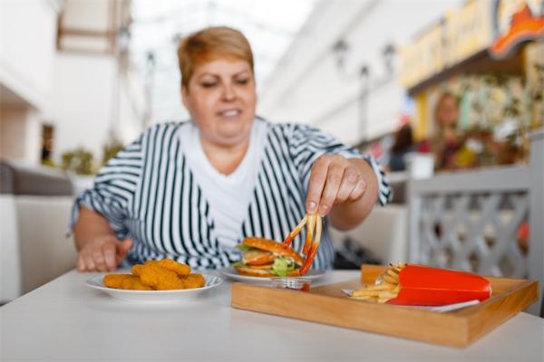 身材影响薪水!研究表明:矮个子男人和肥胖女人会比同伴少赚1000美元